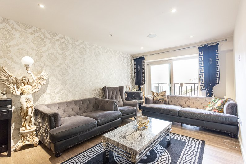 2 bedroom(s) apartment to sale in Beaufort Square, Colindale, London-image 2