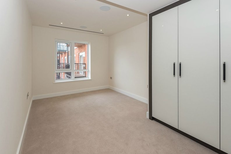 2 bedroom(s) apartment to sale in Goldhawk House, Beaufort Square, London-image 8