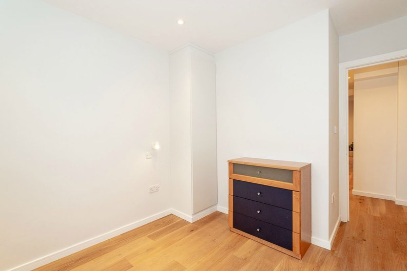 2 bedroom(s) apartment to sale in Third Avenue, London-image 6