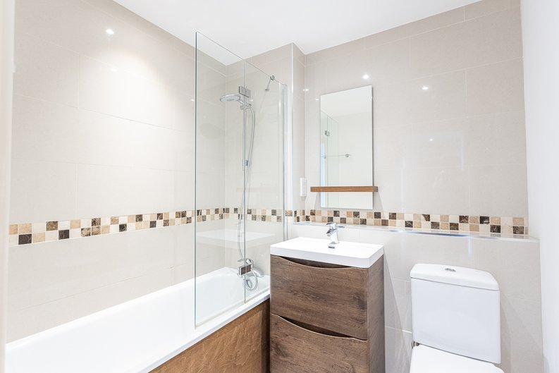 2 bedroom(s) apartment to sale in Hopton Road, Woolwich, London-image 4