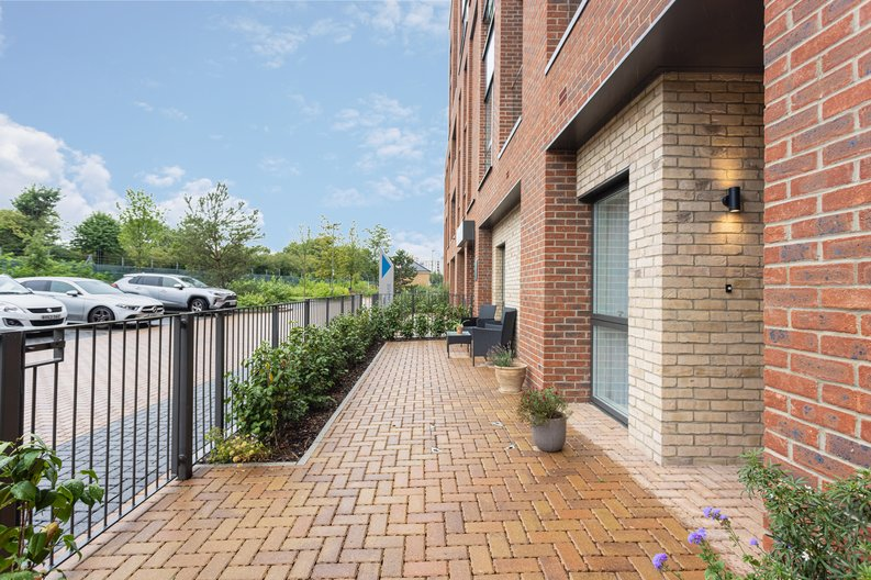 2 bedroom(s) apartment to sale in Colindale Gardens, London-image 17