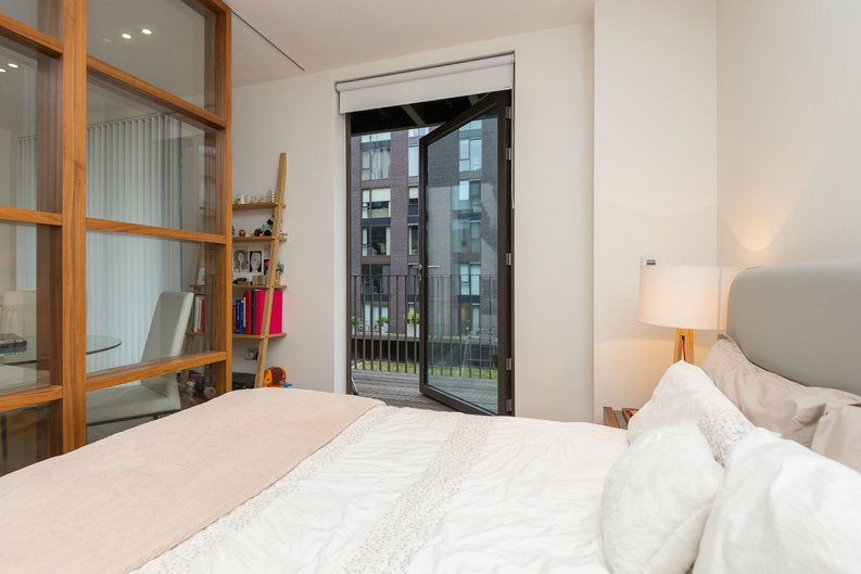 1 bedroom(s) apartment to sale in Ambassador Building, 5 New Union Square, London-image 3