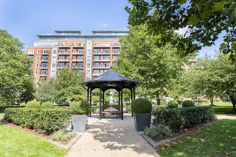 2 bedroom(s) apartment to sale in Heritage Avenue, London-image 19