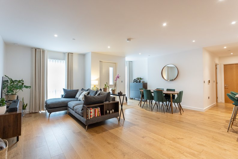 2 bedroom(s) apartment to sale in Colindale Gardens, London-image 5