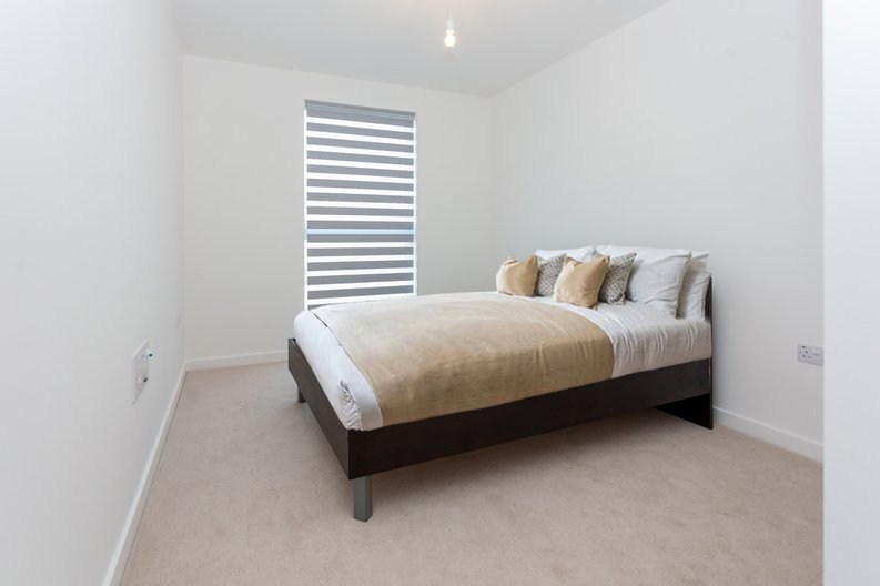 2 bedroom(s) apartment to sale in Lismore Boulevard, London-image 7