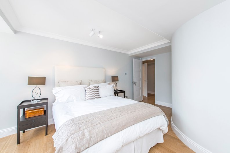 3 bedroom(s) apartment to sale in Drayton Gardens, Chelsea, London-image 13
