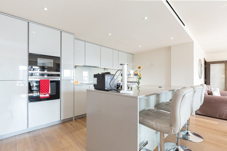 3 bedroom(s) apartment to sale in Golding House, Beaufort Square, Colindale-image 5