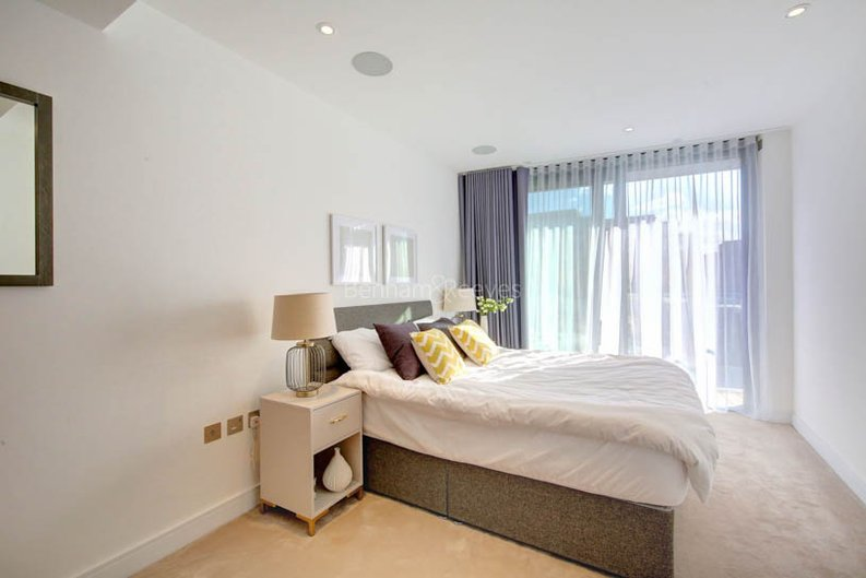 2 bedroom(s) apartment to sale in Goldhurst House, Parr's Way, Fulham-image 4