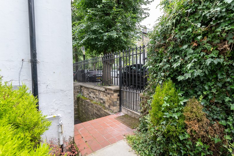 2 bedroom(s) apartment to sale in Thurlow Road, Hampstead, London-image 10