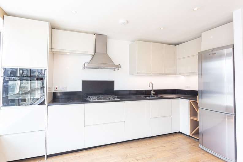2 bedroom(s) apartment to sale in Hopton Road, Woolwich, London-image 2