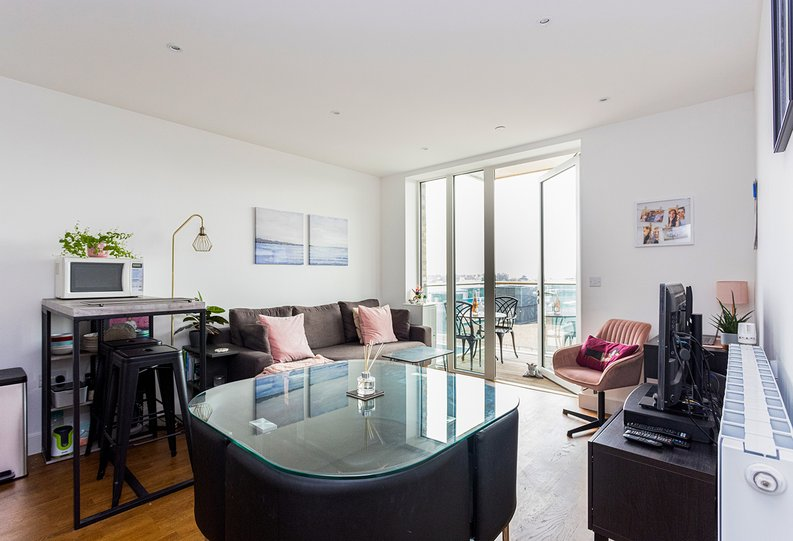 2 bedroom(s) apartment to sale in Victory Parade, Woolwich, London-image 4