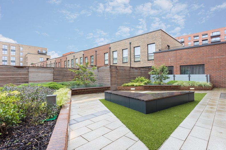 2 bedroom(s) apartment to sale in Colindale Gardens, London-image 16