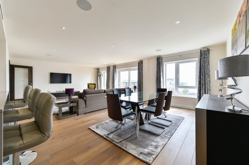 3 bedroom(s) apartment to sale in Golding House, Beaufort Square, Colindale-image 3