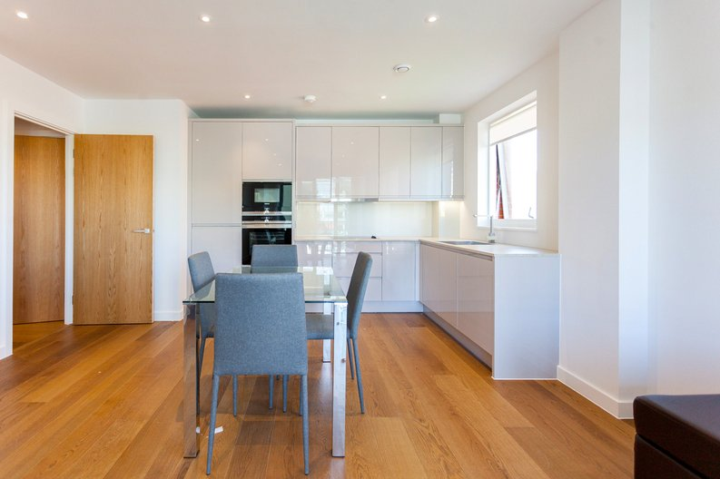 2 bedroom(s) apartment to sale in Lismore Boulevard, London-image 2