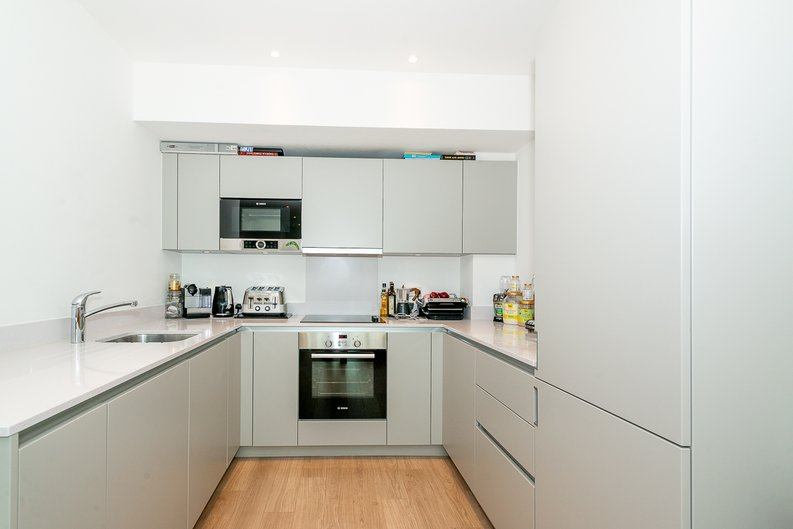 2 bedroom(s) apartment to sale in Pinnacle Apartments 11 Saffron Central Square, London, Croydon-image 4