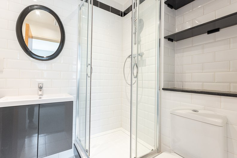 2 bedroom(s) apartment to sale in Hopton Road, Woolwich, London-image 9