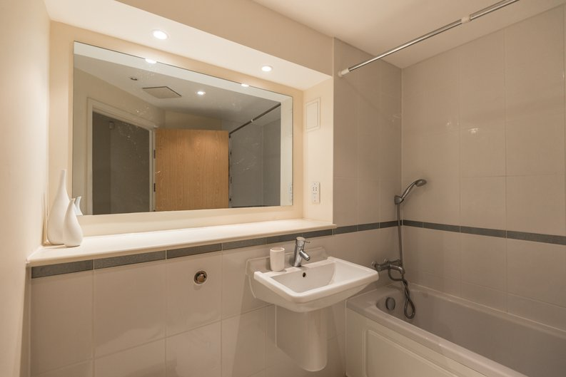 2 bedroom(s) apartment to sale in Ikon House, 447 Cable Street, Wapping, London-image 4