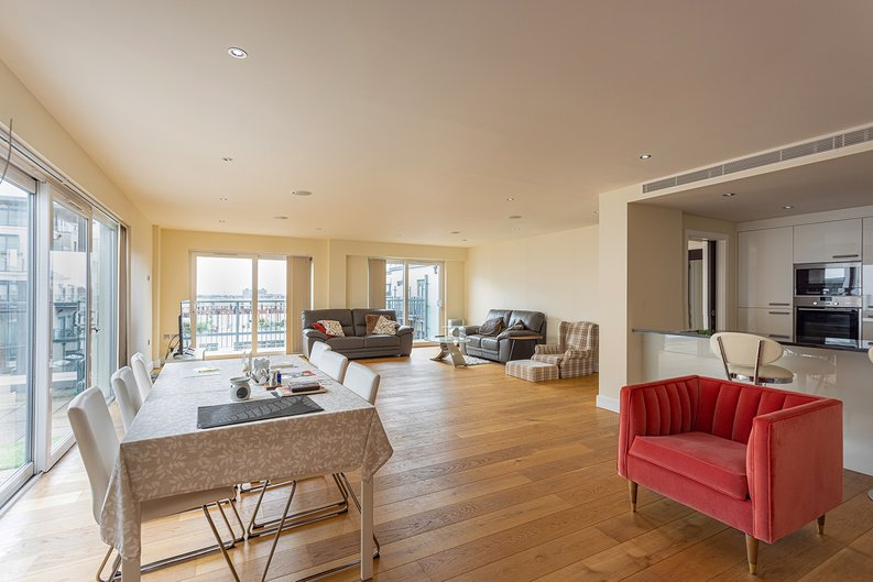 3 bedroom(s) apartment to sale in Boulevard Drive, Colindale, London-image 4