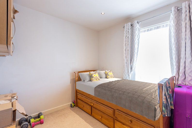 2 bedroom(s) apartment to sale in Heritage Avenue, London-image 9