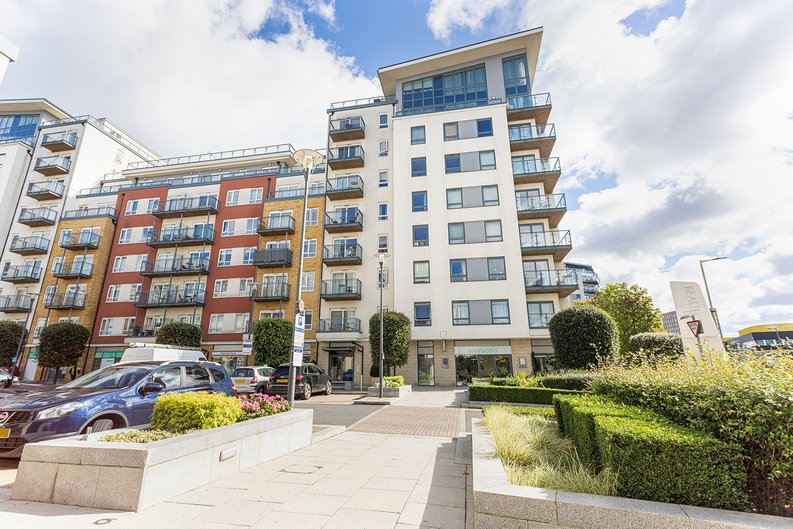 2 bedroom(s) apartment to sale in Heritage Avenue, London-image 6