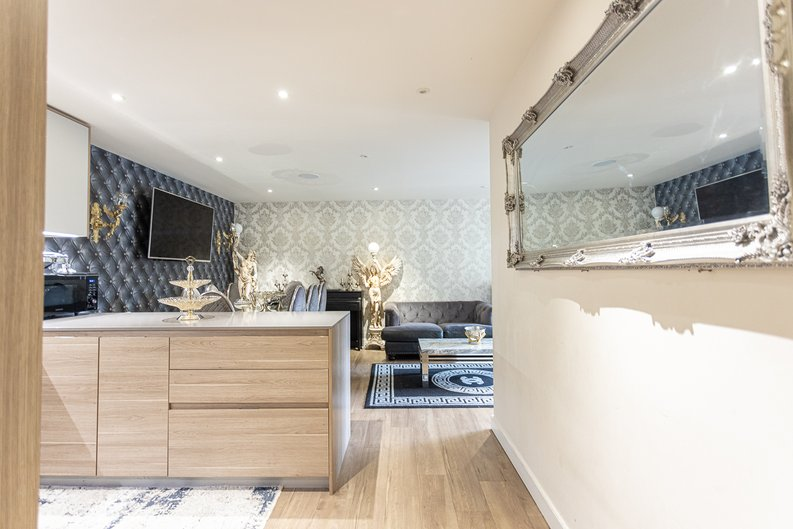 2 bedroom(s) apartment to sale in Beaufort Square, Colindale, London-image 7