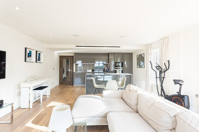 2 bedroom(s) apartment to sale in Beaufort Square, Colindale, London-image 4