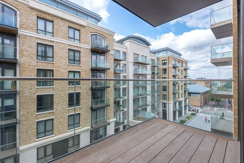 3 bedroom(s) apartment to sale in Brunswick House, Parr's Way, Fulham Reach, London-image 3