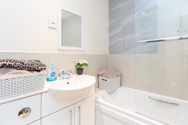 1 bedroom(s) apartment to sale in Warneford Court, Mannock Close, Colindale-image 5