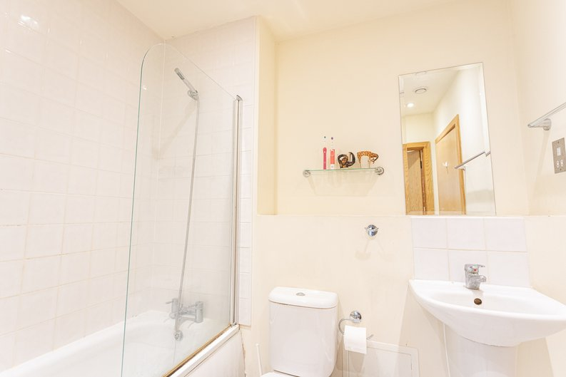 2 bedroom(s) apartment to sale in Roach Road, Hackney Wick, London-image 4