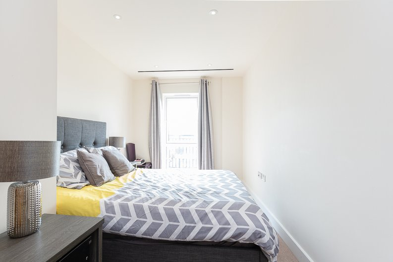 3 bedroom(s) apartment to sale in Golding House, Beaufort Square, Colindale-image 8