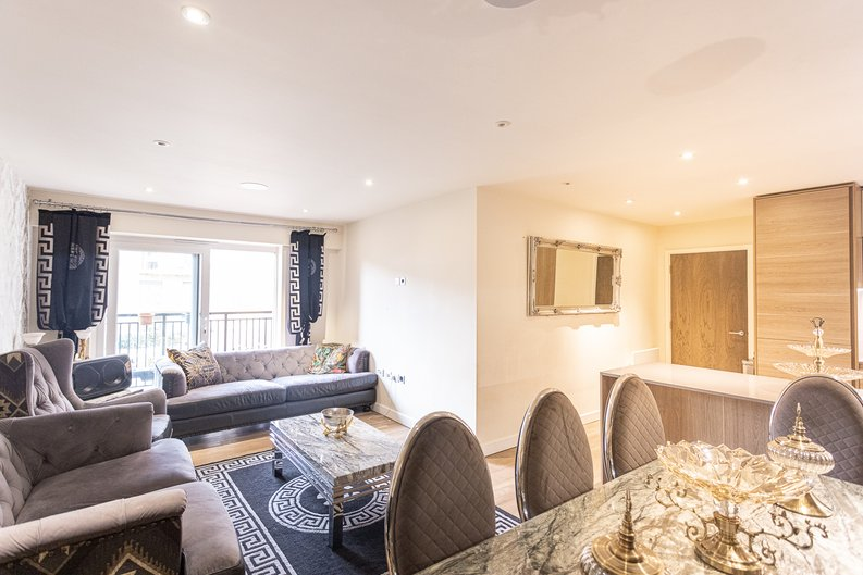 2 bedroom(s) apartment to sale in Beaufort Square, Colindale, London-image 6