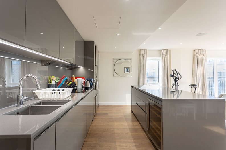 2 bedroom(s) apartment to sale in Beaufort Square, Colindale, London-image 5