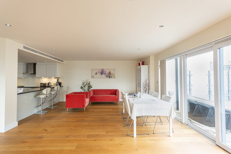 3 bedroom(s) apartment to sale in Boulevard Drive, Colindale, London-image 6