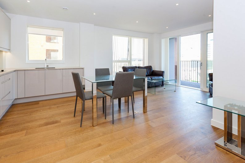 2 bedroom(s) apartment to sale in Lismore Boulevard, London-image 10