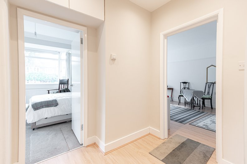 2 bedroom(s) apartment to sale in Cholmeley Park, Highgate Village, London-image 4